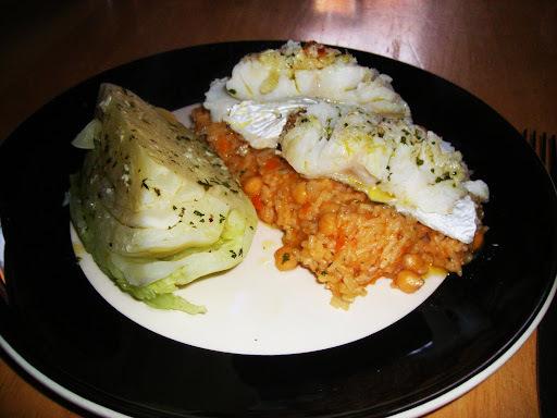 Bacalhau Frito com Risotto de Grao e Gomo de Couve Cozida a Vapor