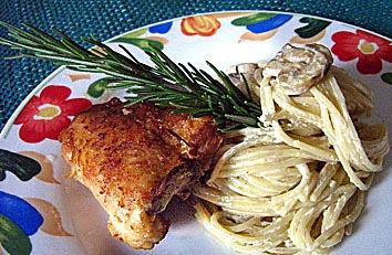 Espaguete com frango e cogumelos no alecrim
