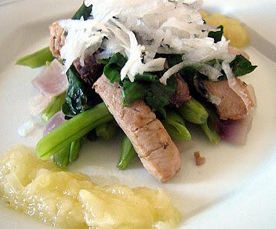 Wok de atum com verduras crocantes e molho de gengibre