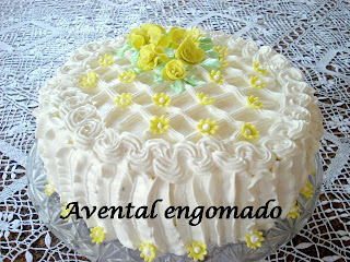 de bolo de chocolate confeitado com chantilly