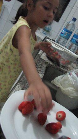 Mousse de morango do Saci e a mini-chef.