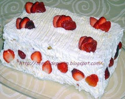 de bolo de aniversário com massa folhada e morangos