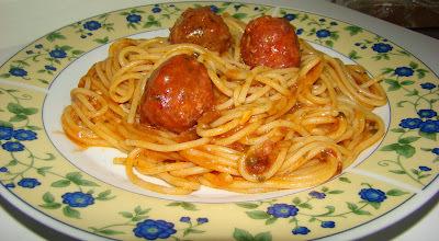 Espaguete Com Almôndegas Recheadas Com Queijo ao Sugo