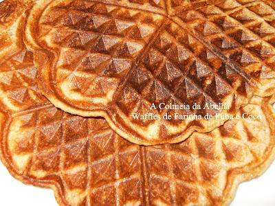 Waffle de fuba com mandioca e coco