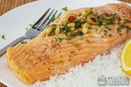de salmão inteiro assado com batata