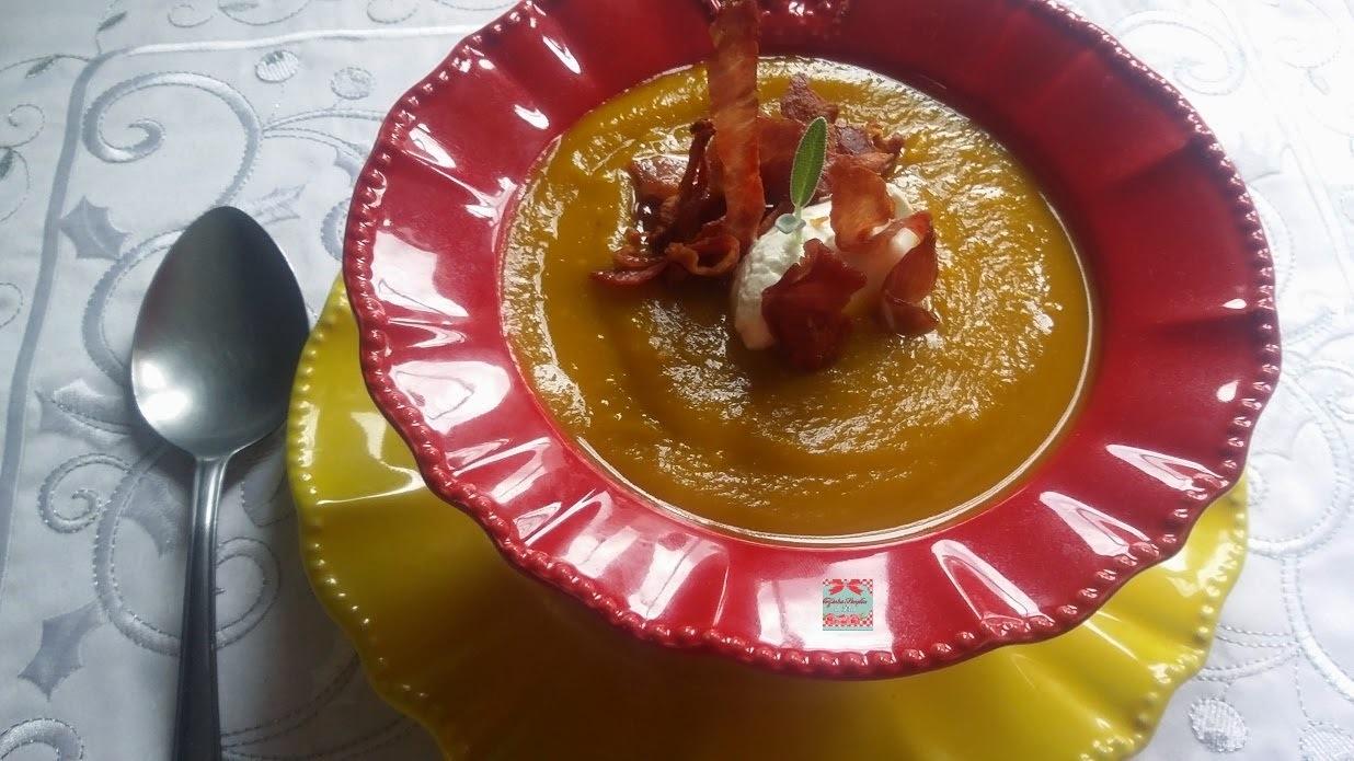 Sopa Creme de abóbora, gengibre e mel de malagueta com crispy de presunto crú