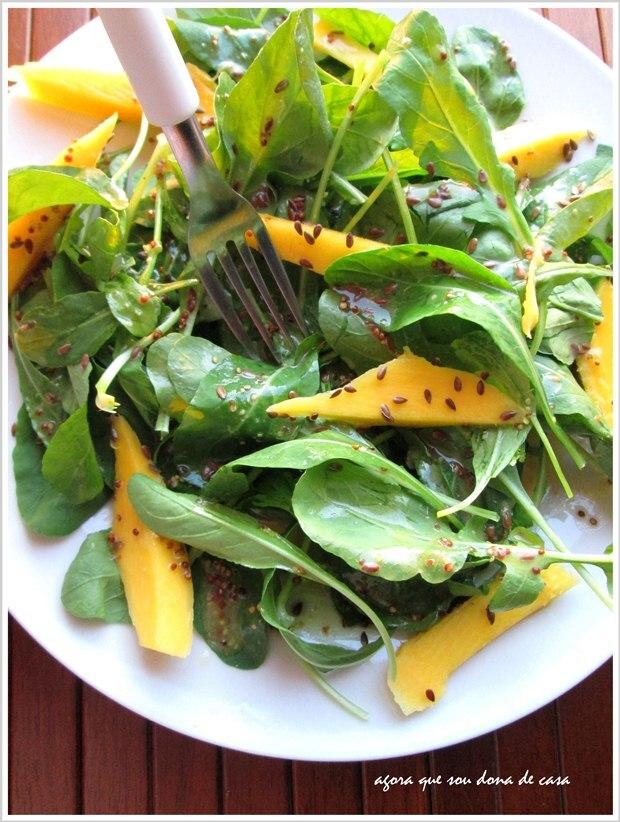 fresh: salada de rúcula e manga com molho de laranja e linhaça