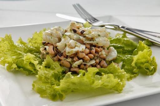 feijao branco com bacalhau salada