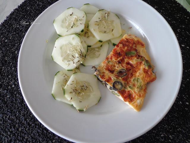 Tortilha sem batata com espargos, azeitonas e tomate com cebolinho