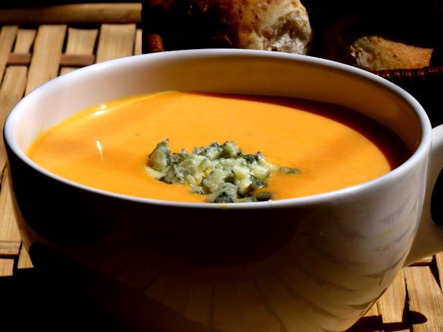 Sopa cremosa de jerimum com gorgonzola