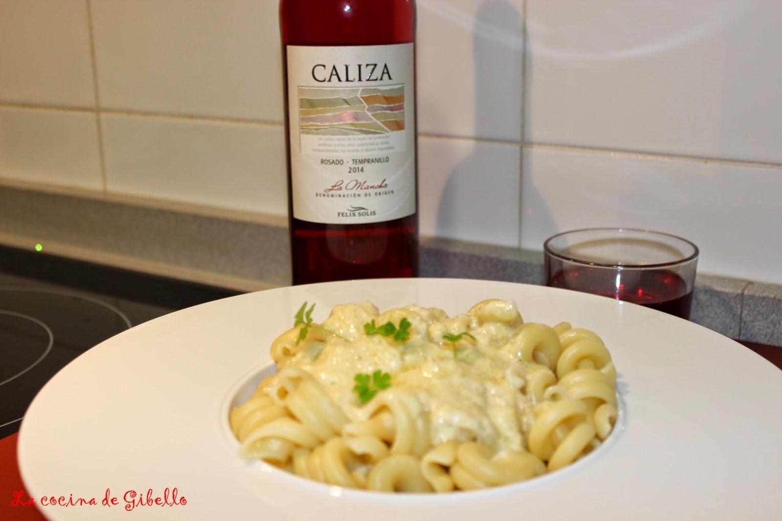 Maridaje de Trottole en salsa Alfredo con vino rosado Caliza