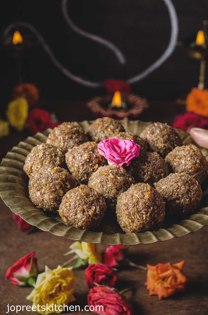 Coconut Jaggery Ladoo / Thengai Vellam Laddu