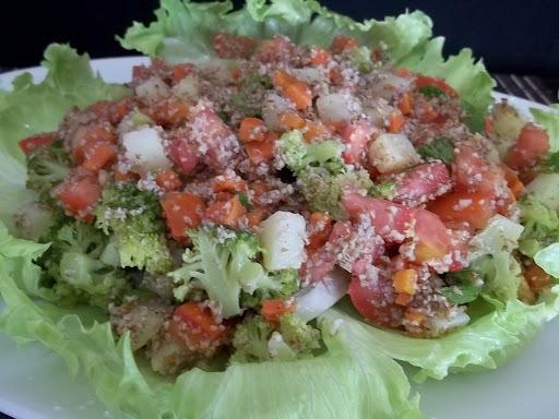 Salada de triguilho (trigo para quibe) e legumes