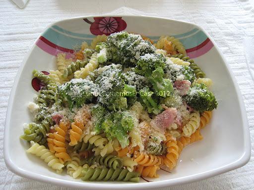 Pasta con brócoli y tocineta