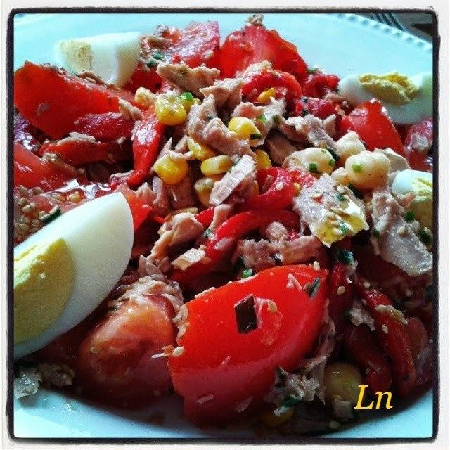 Salade à l'orientale , pois chiches poivrons marinés , thon maïs et oeufs durs