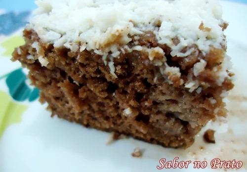 bolo gelado com massa pronta de chocolate com coco