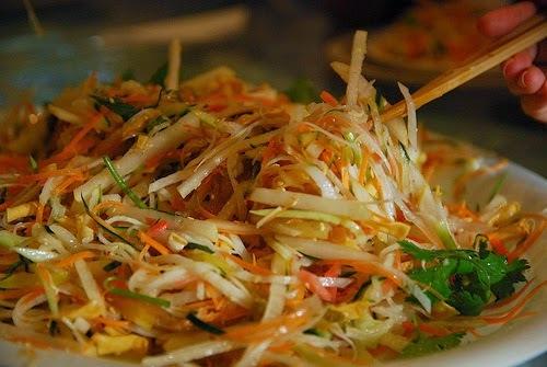 Salade au poulet, maïs, carotte, palmier, soja, haricots verts, paille chips