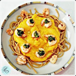 Spaghetti com Creme de Cenoura e Camarão ao Molho Pesto