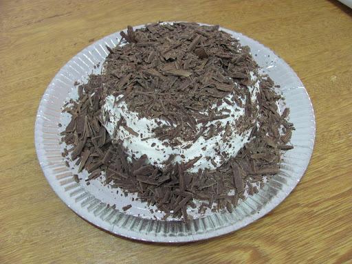 Bolo de Chocolate Recheado e Coberto com Chantilly