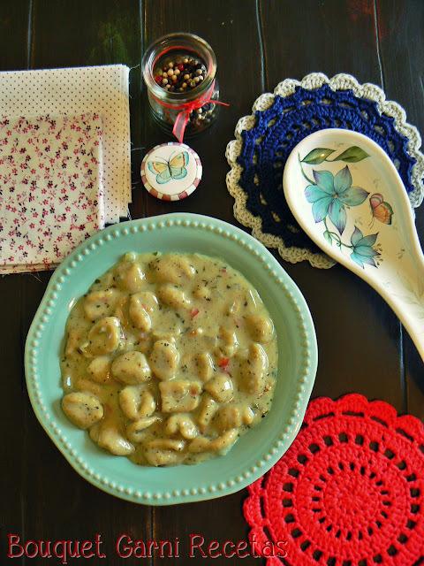 Ñoquis de harina de garbanzos con salsa de zanahorias y curry (libres de gluten y veganos)