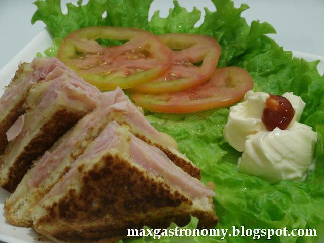 sanduíche quente com pão velho