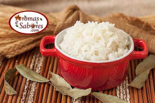 Arroz branco simples feito com azeite e aromatizado com folha de louro