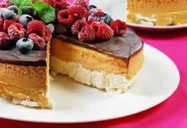 de torta helada de merengue frutilla