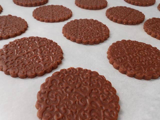 Galletas grabadas, de chocolate y almendras