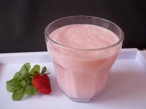Suco cremoso de morango e leite de coco