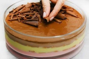 sobremesa gelada de morango com chocolate