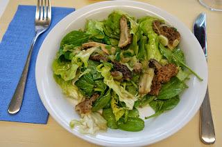 Salat mit Morcheln und Frühlingszwiebeln, Pouletbrüstchen mit Füllung, Erdbeercrème - Hobbychochmenü 7.5.15