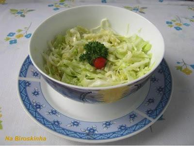 salada de folha de repolho cru