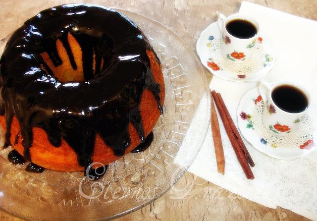 Bolo de cenoura com calda de chocolate...afinal, a vida é bela!