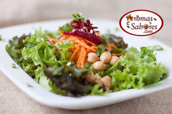 Salada de folhas com grão-de-bico