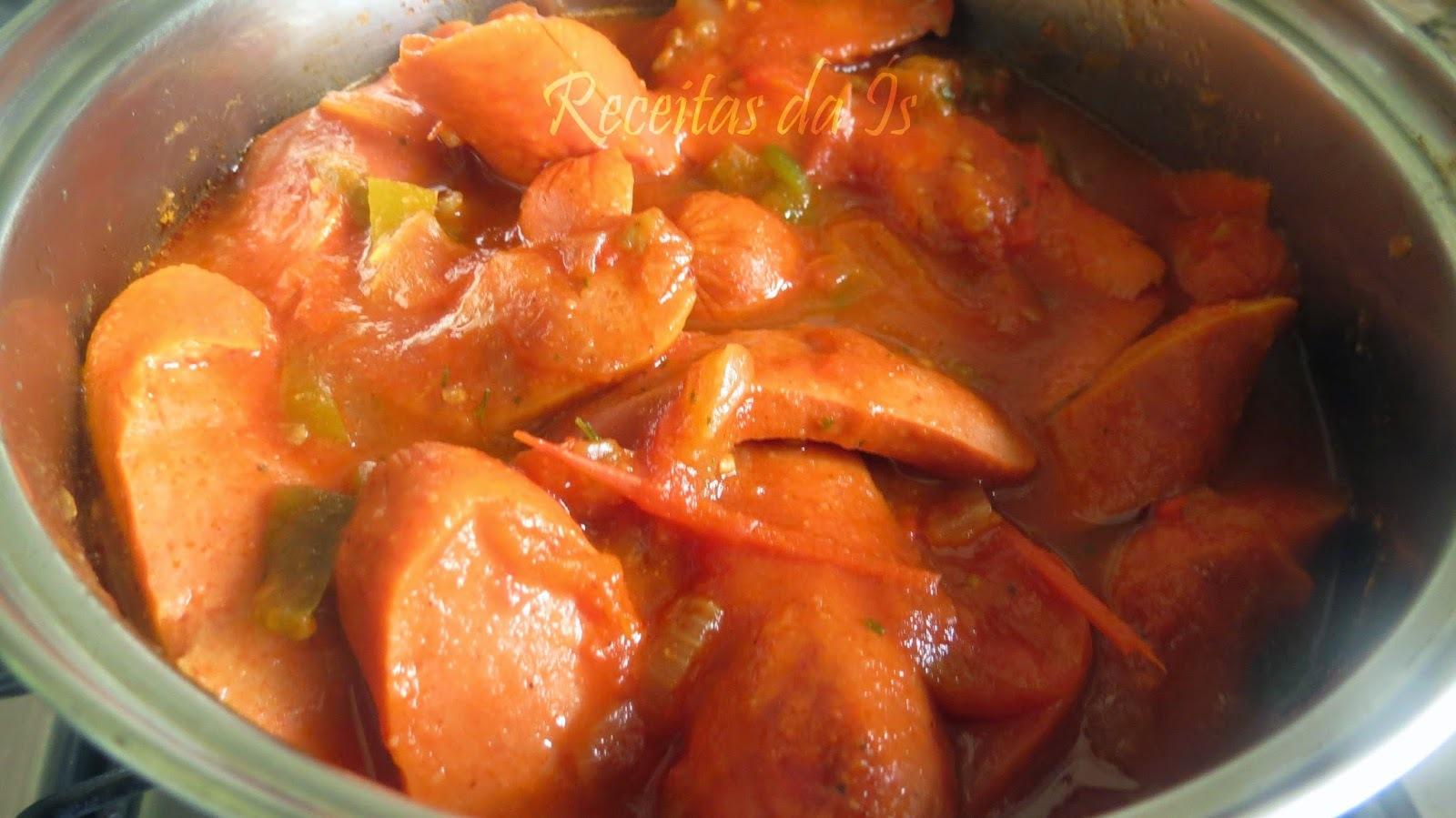 molho de cachorro quente com salsicha inteira