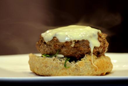 Hambúrguer caseiro ao molho de mostarda