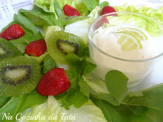 Salada de folhas e frutas com molho de limão