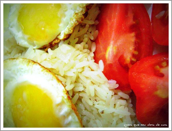 quando menos é mais: arroz, ovo frito e tomate
