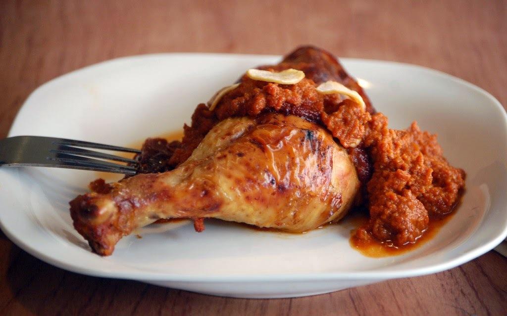 Pollo con salsa de tomate deshidratado y almendra