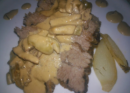 carne assada no forno com creme de cebola