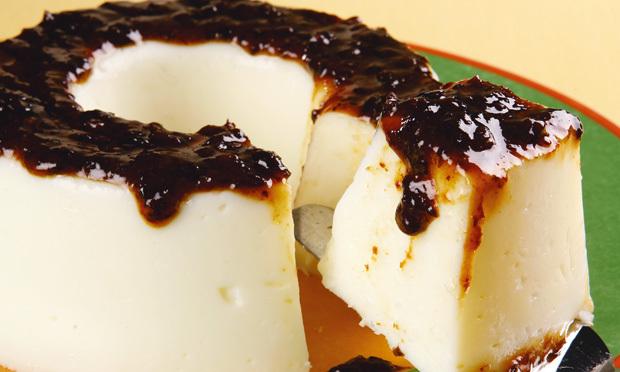 Manjar Branco com Calda de Ameixas Pretas