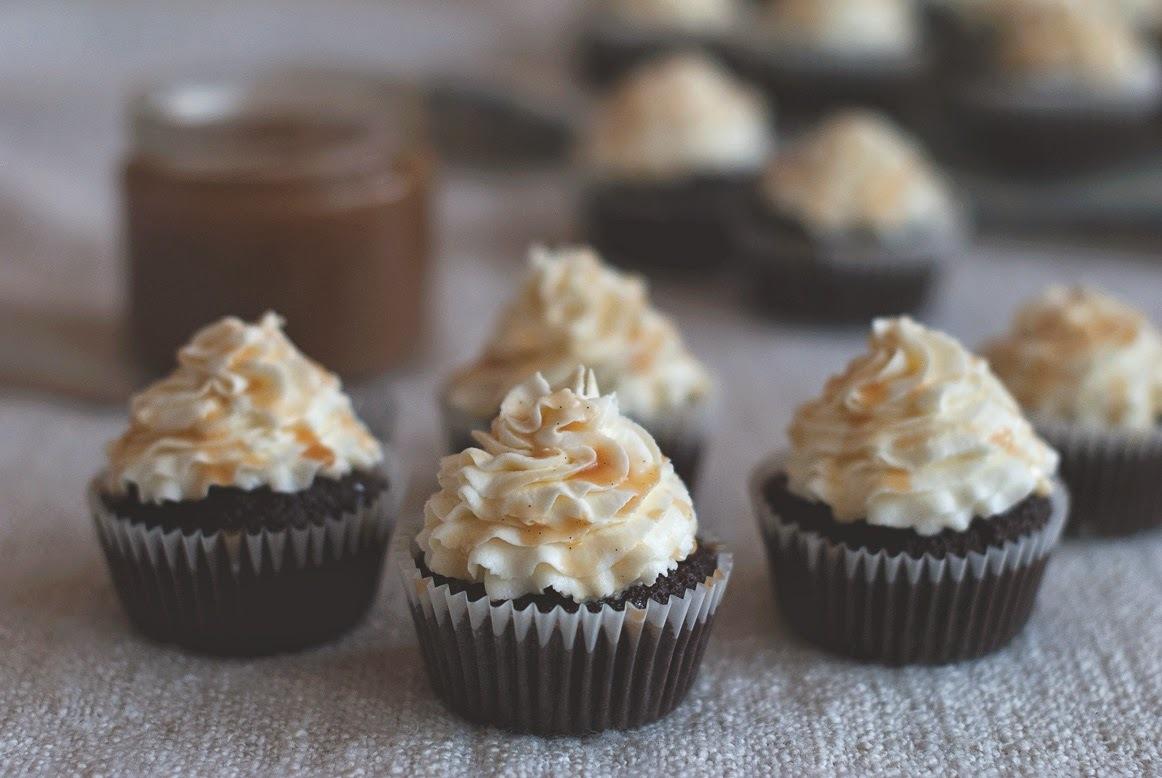 Čokoládové cupcaky so slaným karamelom