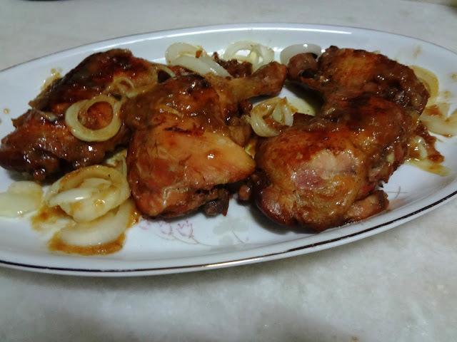 Coxas e sobrecoxas de frango assadas no molho de laranja