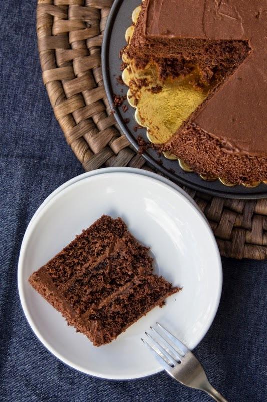 Torta de chocolate para cumpleaños y un regalo para ti.