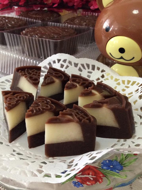 ~~  Mocha Soya Milk & Cheesy Jelly Moon Cake   ~~   ~~ 咖啡豆奶&芝士燕菜月饼 ~~