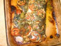 de salmão inteiro recheado assado no forno