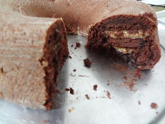 de bolo de chocolate recheado para forma redonda de furo