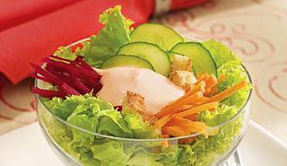de salada de cenoura e beterraba ralada em camadas