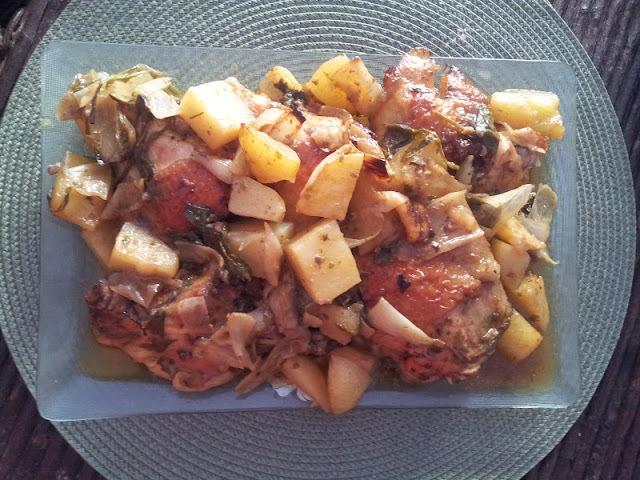 Frango assado com batatas e salsinha