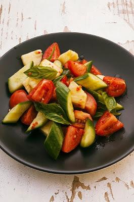 Ensalada con tomate y pepino, fresca, rapida y facil
